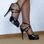 Jeune fétichiste experte en branlette de pieds